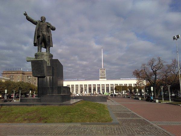 Het standbeeld van Lenin met als opschrift 17 april 1917: de datum waarop hij terugkeerde uit ballingschap in Zwitserland, waarna de bolsjewieken de macht overnamen in de Oktober-revolutie. Op de achtergrond het station Finlandia